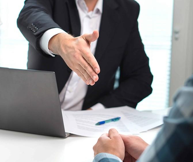 Abogado experto concursal asesorando a cliente