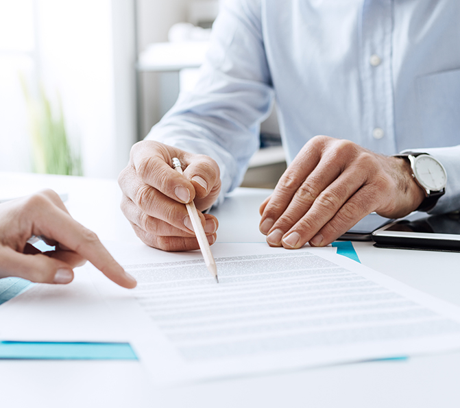 Abogado bancario revisando cláusulas abusivas