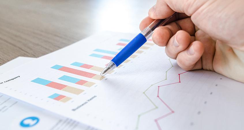 Abogado concursal analizando datos de la empresa